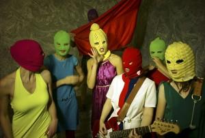 Члены группы Pussy Riot носят вязаные балаклавы, чтобы ни одна личность не доминировала в группе. По их признанию, они черпают вдохновение в американском женском панк-движении 1990х годов. Фото: Игорь Мухин