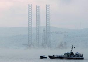 Пассажирское судно с 67 людьми на борту после закрытия сезона навигации в северных водах? Нет, прослужившая 26 лет буровая установка, идущая навстречу арктическому шторму в Охотском море. Архивное фото, сделанное в 2010 году в Мурманске, где расположен офис компании «Арктикморнефтегазразведка». Фото: Reuters/ Андрей Пронин