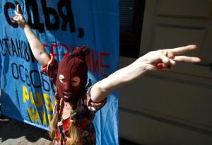 Сторонник женской панк-группы Pussy Riot выкрикивает лозунги у московского суда, где продолжается процесс над тремя ее участницами.  Фото: Reuters/Максим Шеметов