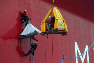 Активисты «Гринписа» карабкаются на платформу «Газпрома» в Арктике. Вскоре экипаж платформы окатит их из водяных шлангов. Фото: «Гринпис»/Денис Синяков