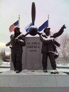 В Фэрбенксе, штат Аляска, стоит памятник американским и русским пилотам, перегонявшим военные самолеты и перевозившим снаряжение из Аляски в Сибирь во время Второй мировой войны. Фото: Дж.К.Брукс