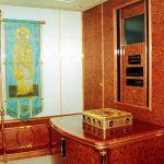 Икона, золотые инкрустации и редкие породы дерева украшают интерьер одного из 38 лайнеров российского президента. По данным оппозиционного доклада, его отделка обошлась в 18 миллионов долларов.