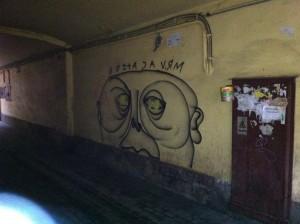 Из скромного детства: граффити на стенах двора в Санкт-Петербурге, где в шестидесятые рос Владимир Путин. Фото: «Голос Америки»/Джеймс Брук