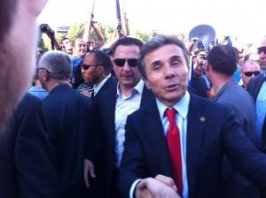 Иванишвили приветствует участников состоявшегося в субботу днем митинга на Площади свободы, собравшего в грузинской столице около 100 тысяч человек. В понедельник он набрал в Тбилиси около 75 процентов голосов.  Фото: «Голос Америки»/Джеймс Брук