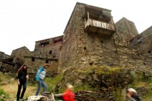 Туристы осматривают древнее поселение Шатили, расположенное примерно в 140 километрах к северу от Тбилиси. Эта историческая деревня, состоящая из уникального комплекса древних и более современных крепостей и укрепленных жилищ из камня и известкового раствора, лежит у границы с Чечней и пользуется популярностью у туристов. Фото: Reuters/Давид Мдзинаришвили