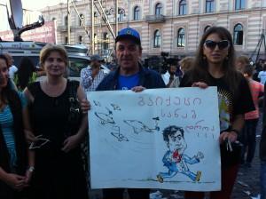 «Убирайся из города, пока можешь» – эти сторонники «Грузинской мечты» на субботнем митинге желали увидеть окончание президентского срока Михаила Саакашвили. Фото: «Голос Америки»/Джеймс Брук