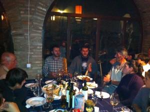 После нескольких тостов, сидящие за одним из столов в ресторане винодельни «Слезы фазана» люди начали петь на старинный грузинский манер.  Фото: «Голос Америки»/Джеймс Брук