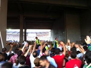 Что ж, эти сторонники Саакашвили ушли домой хотя бы с бесплатными футболками. Участие в митинге в поддержку президента в пятницу вечером на Национальном стадионе, похоже, принимали главным образом люди, прибывшие туда на арендованных правительством автобусах из провинций.  Фото: «Голос Америки»/Джеймс Брук