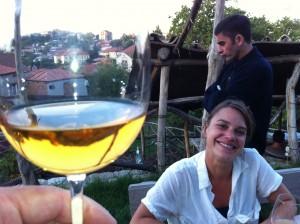 Запрещено в Санкт-Петербурге, приветствуется в Сан-Франциско. Лиза, менеджер виноградника Punchdown с экологически чистой продукцией в Окленде, штат Калифорния, пробует белое вино винодельни «Слезы фазана» из грузинского города Сигнаги. Хотя некоторые марочные вина ограниченной серии, такие как «Слезы фазана», продаются в США по высоким ценам, соседняя Россия запрещает импорт всех грузинских вин из соображений «охраны здоровья». Фото: «Голос Америки»/Джеймс Брук