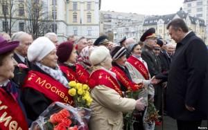«Старикам всегда у нас почет?» Выборы начались. Президент Янукович приветствует ветеранов Великой Отечественной войны в День освобождения Украины. Фото: Reuters