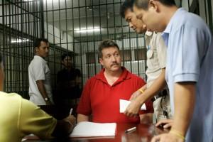 Российский торговец оружием Виктор Бут вскоре после ареста в Бангкоке 8 марта 2008 года. В прошлом году федеральный суд в Нью-Йорке признал его виновным в заговоре с целью продажи оружия террористической организации – переносных ракетных установок колумбийским боевика. Фото: АР/Дэвид Лонгстрет