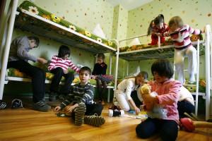 Сироты из детского дома в Ростове-на-Дону. Большинство российских сирот никто не усыновляет, и в возрасте 16 лет они выпускаются из детских домов. Исследования показывают, что значительное их число позднее впадают в зависимость от алкоголя или наркотиков или оказываются в тюрьме. Фото: Reuters/Владимир Константинов.