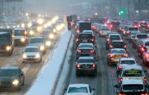 Новые недобрые времена. Миллион водителей сели за руль своих автомобилей в прошлый четверг – в день первого московского снегопада. Вероятно, они думали, что помчатся по снегу, как их предки на тройках 200 лет назад. Но вместо этого они оказались в ловушке на несколько часов. Фото: Reuters/Сергей Карпухин.