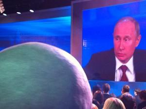 Президент России Владимир Путин занял оборонительную позицию, защищая закон о запрете на усыновление, принятый Думой. Он стал главной темой вопросов на марафонской пресс-конференции, которая длилась 4,5 часа. Фото: Джеймс Брук, «Голос Америки».