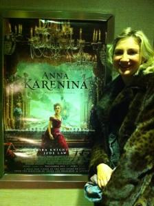 Студентка Катя из Санкт-Петербурга у кинотеатра в Манхэттене после просмотра британской экранизации «Анны Карениной». Она стала одной из многих россиян, которые решили провести новогодние каникулы в США. Фото: Джеймс Брук.