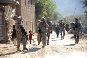 Вскоре это станет российской проблемой? Патруль из солдат 12-го пехотного полка Армии США проходит через деревню вблизи Передовой оперативной базы «Блессинг», Афганистан. Фото: Международные силы содействия безопасности.