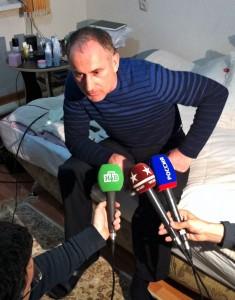 Photo: AP/ Kurban Labazanov. «Анзор Царнаев дает интервью российской прессе. Он говорит о том, что будет встречаться с американскими следователями в Дагестане, а затем полетит в США, чтовы увидеть сына Джохара».