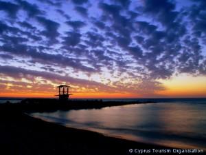 Даже если Кипр ждет закат как оффшорного банковского центра для россиян, туристы не перестанут приезжать в Ларнаку, чтобы скрыться от холода и полюбоваться закатом. Фото: Кипрская организация по туризму.