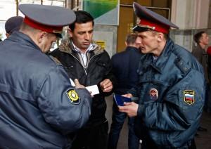 После Бостонского марафона сотрудники российского МВД начали проверять документы у пассажиров, прибывающих на железнодорожный вокзал в Сочи, столицу зимней Олимпиады 2014. Фото: Александр Демьянчук/Reuters.