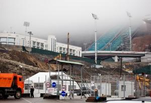 Учитывая нестабильную обстановку в соседних регионах, организаторы Олимпийских игр с самого начала ввели жесткие меры безопасности. Строительство олимпийского трамплина огорожено забором. Фото: Вера Ундриц, «Голос Америки»
