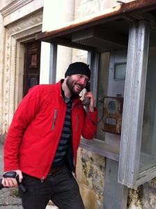 Что вызывает больше подозрений – борода или сам Остин Маллой из «Голоса Америки», «разговаривающий» из телефона-автомата в Абхазии? Фото: Джеймс Брук, «Голос Америки».