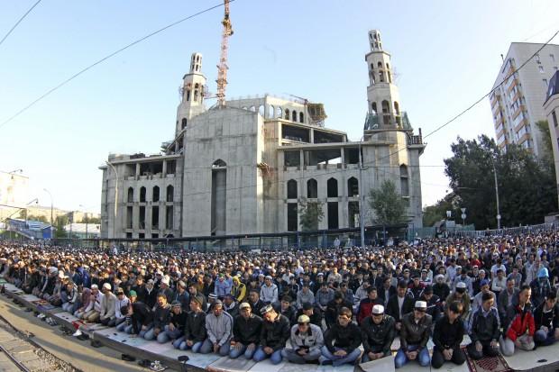 Яблоку негде упасть: тысячи мусульман из России и Средней Азии пришли на молитву в главной мечети Москвы по случаю праздника Ураза Байрам – окончания месяца Рамадан - в августе прошлого года.