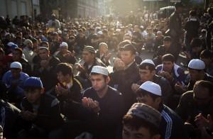 В августе прошлого года более 200 000 мусульман собрались у четырех московских мечетей на молитву по случаю праздника Ураза Байрам, знаменующего конец поста Рамадан в России. Фото: АР/ Александр Земляниченко-мл.