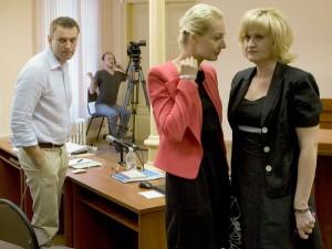 Алексей Навальный с женой Юлией (в центре) и адвокатом Ольгой Михайловой. Если Навальному будет вынесен обвинительный приговор и его посадят в тюрьму, он не сможет участвовать в борьбе за пост мэра Москвы в сентябре этого года и в президентских выборах в 2018 году. Фото: Reuters / Сергей Бровко