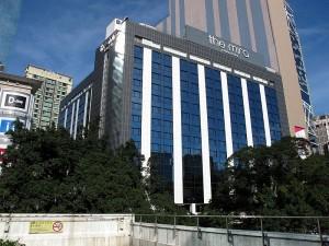 Эдвард Сноуден провел месяц в Гонконге в отеле The Mira. Сайт гостиницы рассказывает: «The Mira Hong Kong в полной мере отражает любовь к удовольствиям молодого в душе современного путешественника. Его современные интерьеры, новаторская кухня, последние удобства и фантастический уровень культуры обслуживания создают новый стандарт». Ордер на арест, выданный США 21 июня, прервал пребывание Сноудена в этом отеле. По словам официальных лиц в Москве, он собрал вещи и пересек гавань Виктория, где расположено российское консульство. Основатель WikiLeaks Джулиан Ассанж заявил, что WikiLeaks оплатил счет Сноудена за проживание в Гонконге – вероятно, около десяти тысяч долларов. Фото: WiNG