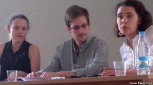 Эдвард Сноуден в «Шереметьево» на пресс-конференции с переводчиком (слева) и Сарой Харрисон из WikiLeaks. Фото: Human Rights Watch