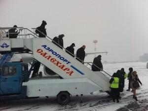 Запрещенное фото? Полиция аэропорта Салехарда была недовольна тем, что журналисты фотографировали друг друга. Фотокорреспондент «Голоса Америки» (крайняя слева, в капюшоне) готовится сойти с трапа в первый снежный шторм года. VOA Photo: James Brooke
