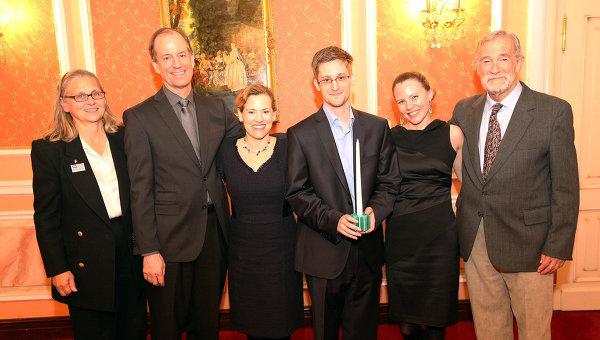 Эдвард Сноуден (третий справа) получает награду организации Sam Adams Associates в области добропорядочности ведения разведки наряду с журналисткой WikiLeaks из Великобритании Сарой Харрисон (вторая справа), которая привезла Сноудена из Гонконга в Москву. На фото «сигнальщики» в правительстве США, вручившие награду (слева и справа) – Колин Роули (ФБР), Томас Дрейк (АНБ), Джессилин Раддак (Министерство юстиции) и Рэй Макговерн (ЦРУ). 9 октября 2013 года. Москва. (Sunshine Press via Ria)