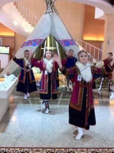 Традиционный танец ненцев. VOA Photo: James Brooke