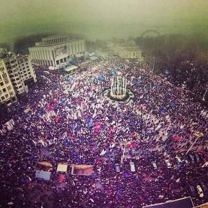 24 ноября 2013 г. Порядка 100 тысяч человек протестовали против решения президента Януковича не подписывать договор о свободной торговле с Евросоюзом