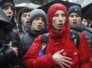 Киев, 25 ноября. Демонстранты поют национальный гимн Украины. Они пообещали продолжить протесты – и с большим числом участников – 29 ноября, когда Янукович должен был подписать договор о торговле с ЕС в Вильнюсе. Reuters/Gleb Garanaich