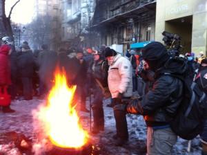 Участники протестов греются у костра. Ночью температура воздуха опускается до -20 по Цельсию. VOA Photo: Джеймс Брук