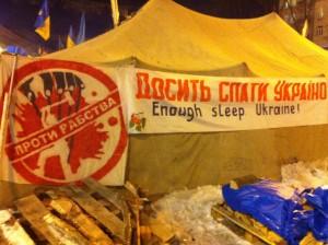 Надпись на одной из палаток гласит с намеком на Москву: «Остановите рабство». Самая популярная кричалка на Майдане: «Нет московскому империализму». VOA Photo: Джеймс Брук