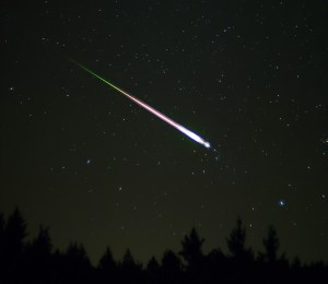 A meteor flashes across the sky during the peak of the November 2009 Leonid Meteor Shower. (Photo: Ed Sweeney via Wikimedia Commons)