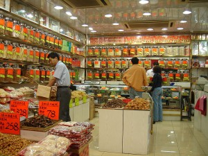 Traditional Chinese medicine shop in Tsim Sha Tsui, Kowloon, Hong Kong (© Mailer Diablo via Wikimedia Commons)