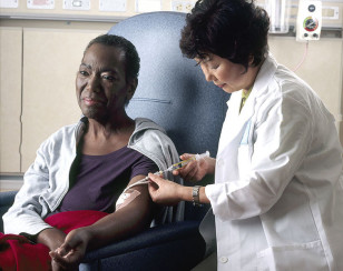 Nurse administers chemotherapy to patient (National Cancer Institute)