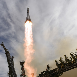 Soyuz TMA-18M carrying three new ISS crewmembers heads for space after Wednesday's launch from Baikonur Cosmodrome (NASA-TV)