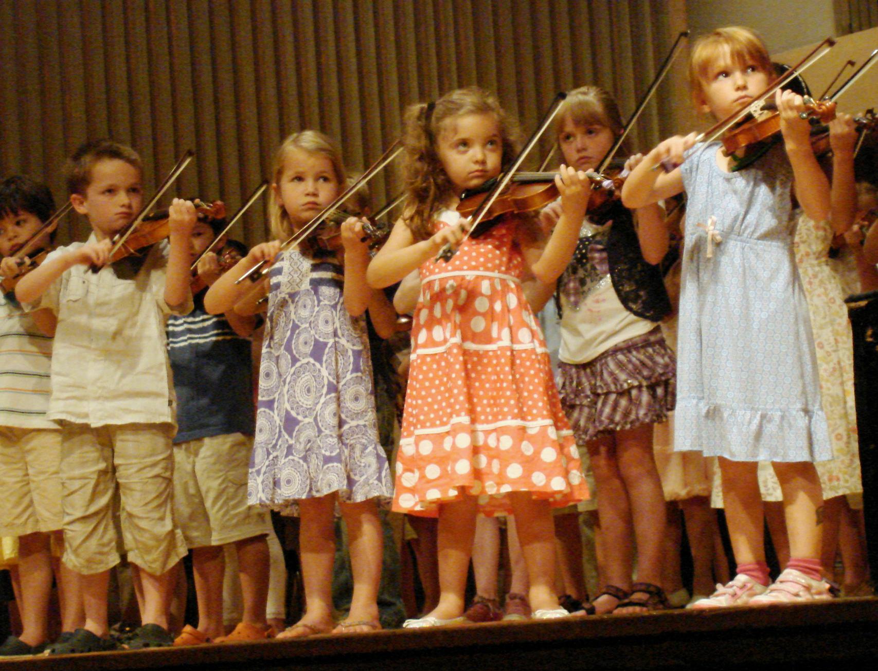 saaya suzuki 67p Children playing violin in a group recital at a Suzuki Institute (Stilfehler via Wikimedia Commons