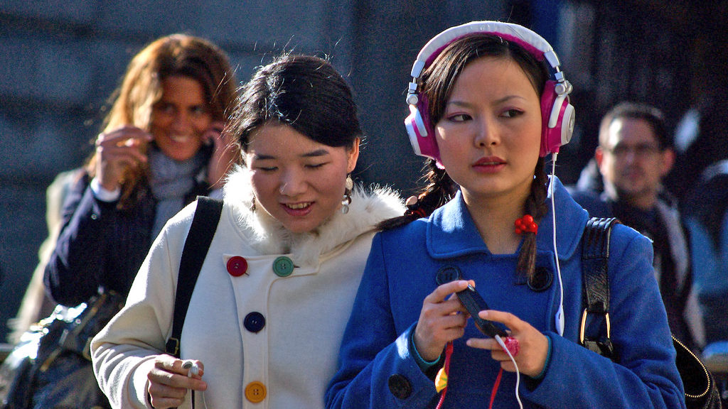 Young women listen to music (Melinda Seckington via Creative Commons 2.0/Flickr)