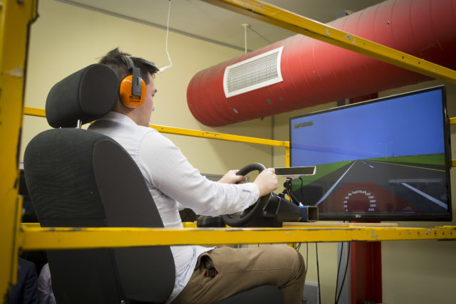 Dobrovoľníci boli testovaní na virtuálnom simulátore, ktorý môže vibrovať na rôznych frekvenciách