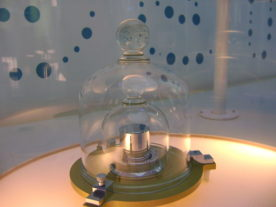 A replica of the prototype of the kilogram (Le Grand K) at the Cité des Sciences et de l'Industrie, Paris, France. (Japs 88/Wikimedia Commons/Attribution-ShareAlike 3.0 Unported)