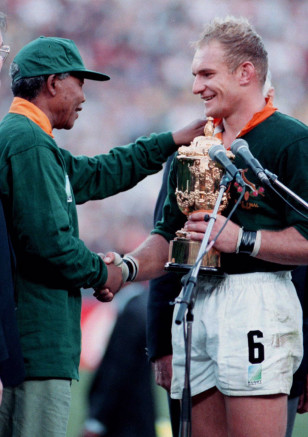 South African President Nelson Mandela (L) shakes hands with Springboks captain Francois Pienaar after 1995 Rugby World Cup final. Photo: Reuters