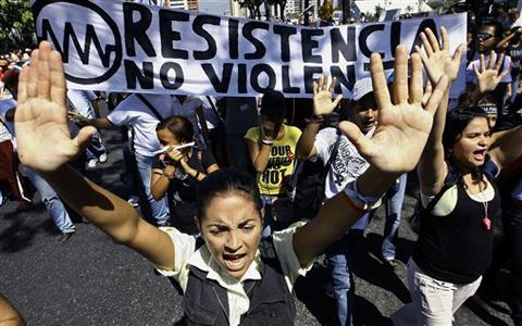 Estudiantes protestando en las calles de Caracas.