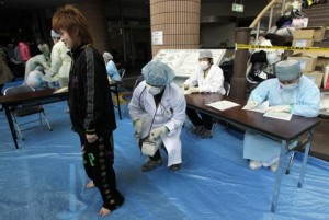 Medical staff screen people who are concerned over radiation exposure in Niigata, northern Japan March 16, 2011. Photo: Reuters