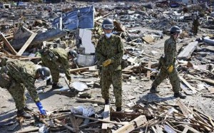 Japan Ground Self-Defense Force members sift through rubble (Photo: AP)