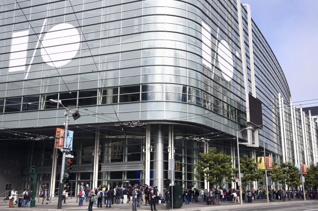 A line of attendees waiting to enter the Moscone West conference center wraps around the block on day two of the Google I/O developers conference in San Francisco, California, June 26, 2014. (Reuters)